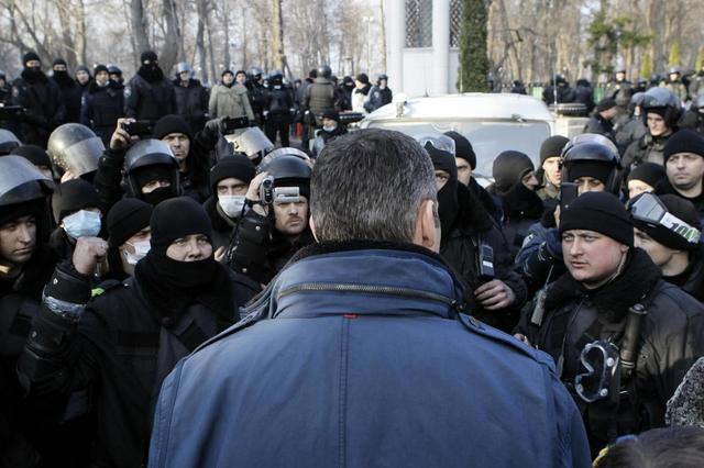 Ukrainian opposition leader Vitaly Klitschko speaks to interior ministry troops outside the parliament building in Kiev February 20, 2014. REUTERS/Andrii Skakodub/Pool