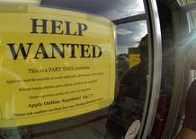 Un anuncio de un empleo a tiempo parcial en Encinitas, EEUU, sep 6 2013. El número de estadounidenses que presentaron nuevas solicitudes de subsidio por desempleo cayó la semana pasada y apuntó a una recuperación constante de las condiciones del mercado laboral, pese a dos meses consecutivos de debilidad en las contrataciones. REUTERS/Mike Blake