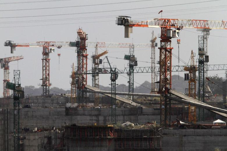 Idle cranes are seen at the construction site of the Panama Canal Expansion project on the outskirts of Colon City February 12, 2014. REUTERS/Carlos Jasso