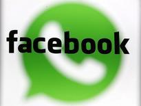 Foto del logo de WhatsApp detrás del de Facebook. Feb 20, 2014. El anuncio de Facebook sobre la compra de la empresa de mensajería instantánea para móviles WhatsApp por 19.000 millones de dólares sorprendió a los mercados, pero los analistas dijeron que el acuerdo tiene sentido estratégico ya que consolidará la posición de la red social como líder en móviles. REUTERS/Dado Ruvic