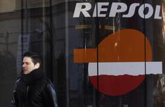 A man walks past a petrol station owned by Spanish oil major Repsol in central Madrid November 26, 2013. REUTERS/Sergio Perez