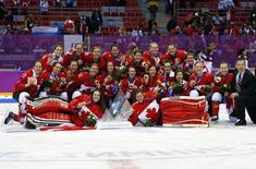 Женская сборная Канады по хоккею после победы на Олимпиаде в Сочи 20 февраля 2014 года. Женская сборная Канады по хоккею завоевала золотые медали Олимпиады в Сочи, обыграв в финале команду США в четверг вечером. REUTERS/Brian Snyder