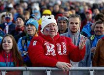 Болельщики сборной России смотрят трансляцию матча хоккейного турнира против Финляндии в Сочи 19 февраля 2014 года. В пятницу на зимних Олимпийских играх в Сочи будут разыграны восемь комплектов медалей. REUTERS/Shamil Zhumatov