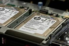 Серверы Hewlett-Packard ProLiant в процессе сборки на заводе в Хьюстоне 19 ноября 2013 года. Квартальная выручка Hewlett Packard Co оказалась лучше ожиданий рынка благодаря увеличению продаж в двух ключевых подразделениях, несмотря на быстро падающий спрос на персональные компьютеры. REUTERS/Donna Carson
