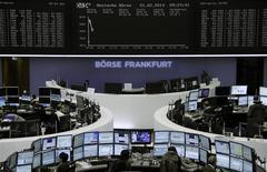 Les Bourses européennes sont en légère hausse vendredi à mi-séance, à l'instar de Wall Street et Tokyo, avec un CAC 40 qui a retrouvé ses plus hauts niveaux en cinq ans et demi, l'annonce d'une accélération de la croissance industrielle aux Etats-Unis ayant pris le pas depuis la veille sur les indicateurs décevants en Chine et en Europe. /Photo prise le 21 février 2014/REUTERS
