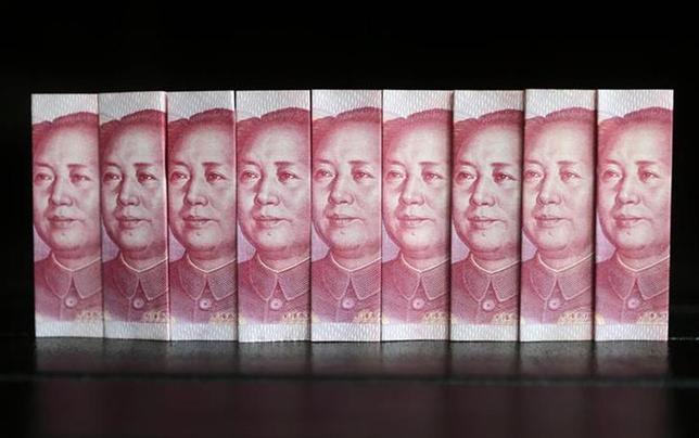 2月21日、欧州市場でオフショア人民元が1ドル=6.10元をつけ、昨年10月以来の安値水準となった。写真は100元紙幣。北京で2013年7月撮影(2014年 ロイター/Jason Lee)