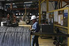 Un trabajador inspecciona varillas de acero en la planta siderúrgica de TIM en Huamantla, México, oct 11 2013. La economía mexicana registró en el 2013 su menor crecimiento en cuatro años, con una desaceleración en el último trimestre por el pobre desempeño del clave sector industrial, según cifras divulgadas el viernes por el instituto de estadística. REUTERS/Tomas Bravo