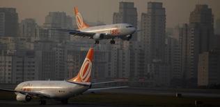 Aeronaves da companhia aérea Gol pousam no aeroporto de Congonhas, em São Paulo. A empresa aérea Gol registrou um aumento na demanda e na oferta de voos totais em janeiro sobre um ano antes, mas viu o crescimento do indicador que mede os preços de passagens desacelerar. 11/07/2011. REUTERS/Nacho Doce