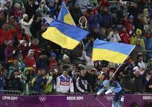 Украинская биатлонистка Елена Пидгрушная на финише женской олимпийской эстафеты в Сочи 21 февраля 2014 года. Российская женская сборная уступила украинкам чуть более 26 секунд в биатлонной эстафете и заняла второе место. REUTERS/Sergei Karpukhin
