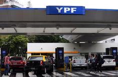 Une station-service YPF à Buenos Aires. La compagnie pétrolière espagnole Repsol va passer dans ses comptes une charge de 1,28 milliard d'euros liée à sa participation dans YPF, saisie en 2012 par l'Etat argentin et au centre d'un contentieux désormais en passe d'être réglé. /Photo d'archives/REUTERS/Marcos Brindicci