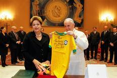 A presidente Dilma Rousseff presenteia o papa Francisco com uma camisa da seleção brasileira autografada por Pelé, durante reunião no Vaticano, nesta sexta-feira. 21/02/2014 REUTERS/Presidência/Roberto Stuckert Filho