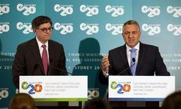 """El jefe del Tesoro de Australia, Joe Hockey (en la imagen a la derecha), habla junto al secretario del Tesoro de Estados Unidos, Jack Lew, en una conferencia conjunta durante la reunión de ministros de Finanzas del G-20 en Sídney. 21 de febrero, 2014. Las mayores economías del mundo podrían acordar fijar una ambiciosa meta de crecimiento global durante un encuentro este fin de semana en Sídney, donde también se ha llamado a los grandes bancos centrales a coordinar políticas y evitar """"sorpresas"""" que perturben aún más a los mercados emergentes. REUTERS/Jason Reed"""