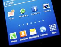 Los íconos de WhatsApp y Facebook aparecen en un teléfono Samsung Galaxy S4. 20 de febrero, 2014. El fundador de WhatsApp Jan Koum emitió el domingo una disculpa y culpó a un router de la red por la caída del sábado de la aplicación de mensajería para teléfonos inteligentes. REUTERS/Dado Ruvic