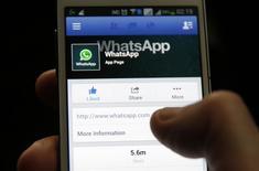 WhatsApp, l'application de messagerie instantanée qui compte 450 millions d'utilisateurs à travers le monde, proposera des appels vocaux au deuxième trimestre. /Photo prise le 20 février 2014/REUTERS/Dado Ruvic
