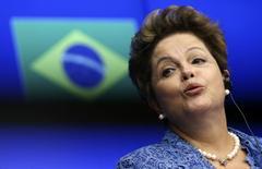 Presidente Dilma Rousseff durante coletiva de imprensa após reunião de cúpula entre União Europeia e Brasil, em Bruxelas. Dilma afirmou nesta segunda-feira que o amplo fluxo de investimento estrangeiro no Brasil, com parte expressiva proveniente da Europa, reforça a resiliência do país ao quadro de transição financeira e monetária. 24/02/2014. REUTERS/Francois Lenoir