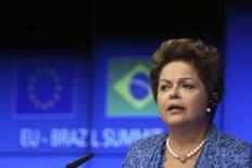 La presidenta de Brasil, Dilma Rousseff, en una rueda de prensa junto al presidente de la Comisión Europea, José Manuel Barroso, y el Presidente de la Unión Europea, Herman Van Rompuy, en Bruselas, feb 24 2014. La presidenta de Brasil, Dilma Rousseff, dijo el lunes que la gran afluencia de inversión extranjera en el gigante sudamericano, con una parte significativa proveniente de Europa, refuerza la resiliencia financiera y monetaria del país. REUTERS/Francois Lenoir