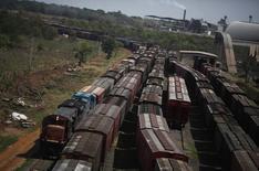 Vagões de um trem de carga vistos após serem carregados com cereais em no terminal da ALL em Alto de Araguaia. A Rumo Logística, subsidiária da Cosan, fez uma proposta para se unir à ALL, em um negócio para criar uma gigante do setor de transportes no Brasil com valor de quase 11 bilhões de reais. 24/09/2012 REUTERS/Nacho Doce