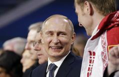 Presidente russo, Vladimir Putin, sorri ao lado do medalhista de ouro no bobsleigh, o russo Alexander Zubkov, durante cerimônia de encerramento da Olimpíada de Inverno de Sochi. Putin disse aos atletas do país que eles cumpriram sua missão ao colocar a nação anfitriã no topo do quadro de medalhas da Olimpíada de Inverno de Sochi. 23/07/2014. REUTERS/David Goldman/Pool