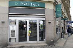La banque danoise Jyske Bank a annoncé lundi son intention de racheter BRFkredit, établissement spécialisé dans les crédits immobiliers, pour environ 7,4 milliards de couronnes (992 millions d'euros). /Photo prise le 5 novembre 2013/REUTERS/Fabian Bimmer