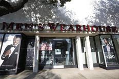 Men's Wearhouse a relevé de plus de 10% son offre sur son concurrent Jos. A. Bank Clothiers, qui a rejeté ses avances jusqu'ici. L'enseigne américaine de prêt-à-porter masculin propose désormais 63,50 dollars par action, au lieu de 57,50, et laisse même entendre qu'il pourrait aller jusqu'à 65,00 dollars par action s'il a accès aux comptes de sa cible. /Photo d'archives/REUTERS/Mario Anzuoni