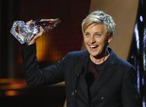 """Ellen DeGeneres accepts the award for favorite daytime tv host for her show """"The Ellen DeGeneres Show"""" at the 2014 People's Choice Awards in Los Angeles, California January 8, 2014. REUTERS/Mario Anzuoni"""
