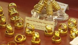 Золотые кольца выставлены на продажу в магазине Bao Tin Minh Chau в Ханое 21 июня 2013 года. Цены на золото близки к четырехмесячному максимуму при поддержке опасений за экономический рост Китая и будущее Украины. REUTERS/Kham