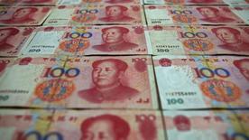 Банкноты китайского юаня, Пекин, 7 мая 2013 года. Корпоративная задолженность Китая достигла рекордного уровня и, вероятно, усилит процесс национальной реструктуризации и увеличит число дефолтов, поскольку проблемы с выплатой кредитов растут. REUTERS/Petar Kujundzic