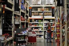 Магазин Home Depot в Дэли-Сити, штат Калифорния, 21 февраля 2012 года. Американский ритейлер Home Depot Inc сообщил во вторник о превысившей ожидания рынка квартальной прибыли: компенсировать слабые продажи крупнейшей в мире сети магазинов, торгующих товарами для ремонта и стройматериалами, помог жесткий контроль за расходами. REUTERS/Beck Diefenbach