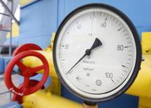 Датчик давления на территории комплекса подземного газового хранилища в селе Мрин 21 мая 2013 года. Киев в разы снизил закупку российского газа в кризисном для себя феврале, но Европа, получающая от Газпрома почти половину топлива по трубам, идущим через территорию Украины, не боится недопоставок. REUTERS/Gleb Garanich