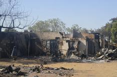 Mulher caminha próxima a casas destruídas pelo grupo Boko Haram em Bama, no Estado de Borno, Nigéria. Homens armados do grupo islamita Boko Haram invadiram um colégio interno no nordeste da Nigéria durante a noite e mataram 29 alunos, dos quais muitos morreram queimados enquanto a escola era consumida pelo fogo, informaram a polícia e os militares nesta terça-feira. 20/02/2014. REUTERS/Stringer