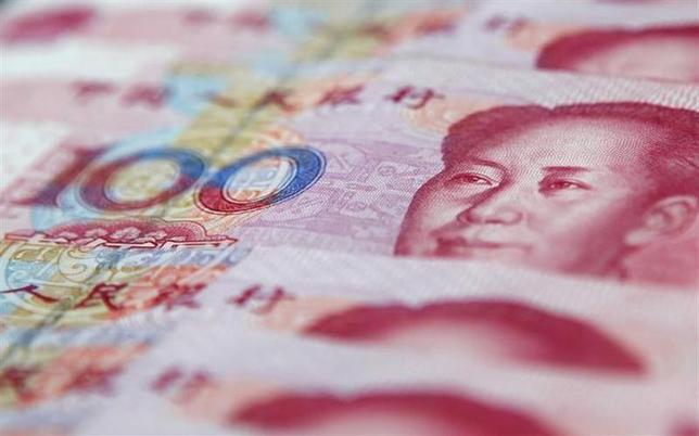 2月24日、金融改革に取り組む中国共産党には、世界最大の貿易黒字や3.5兆ドルの外貨準備高など、金融システム安定維持のための手段がいくつもある。写真は人民元紙幣。上海で2011年1月撮影(2014年 ロイター)