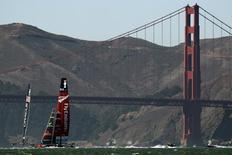 Veleiros que participam da regata America's Cup passam ao lado da ponto Golden Gate, em São Francisco, Califórina. A ponte Golden Gate registrou a marca de 46 suicídios em 2013, no que parece ser o ano com o maior número de casos nesse cartão-postal californiano, segundo levantamento de uma entidade que realiza essa contagem. 19/09/2013. REUTERS/Robert Galbraith