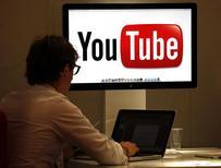 Una persona visita la página de vídeos en internet Youtube en un evento comercial en Cannes, Francia, oct 3 2011. Una corte federal de apelaciones de Estados Unidos ordenó a Google Inc quitar de su sitio de videos YouTube una película en contra del Islam que desató protestas en el mundo musulmán. REUTERS/Eric Gaillard
