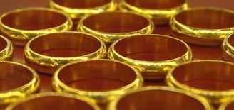 Золотые кольца в магазине в Ханое 5 июня 2013 года. Цены на золото снижаются на фоне слабого потребления на физическом рынке, где ювелиры ждут дальнейшего снижения цен с максимума четырех месяцев. REUTERS/Kham