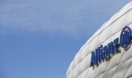 Логотип Allianz SE на стадионе в Мюнхене 26 февраля 2014 года. Allianz повысил дивиденды почти на одну пятую часть после того, как чистая прибыль за четвертый квартал 2013 года совпала с прогнозами и составила 1,26 миллиарда евро ($1,72 миллиарда). REUTERS/Michaela Rehle