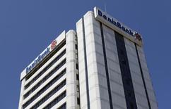 """Центральный офис DenizBank в Стамбуле 8 июня 2012 года. Турецкая """"дочка"""" крупнейшего госбанка РФ Сбербанка - Denizbank - в 2013 году снизила чистую прибыль на 44 процента до 454,2 миллиона турецких лир (около $206 миллионов), следует из неконсолидированной отчетности банка. REUTERS/Murad Sezer"""