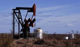 Нефтяной станок-качалка близ аргентинского города Пласа-Уинкуль 6 мая 2010 года. Цены на нефть снижаются, так как окончание холодов в США приведет к сокращению спроса на печное топливо, который в значительной степени поддерживал рост цен. REUTERS/Marcos Brindicci