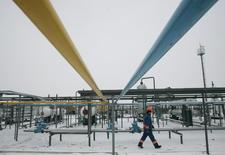 Рабочий на газовом месторождении в Ливенском 23 декабря 2008 года. Евросоюз может выделить Украине средства на модернизацию газопроводов, сообщил еврокомиссар по энергетике Гюнтер Эттингер. REUTERS/Konstantin Chernichkin