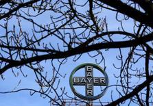 Логотип Bayer AG на фабрике Bayer Healthcare в Вуппертале 24 февраля 2014 года. Крупнейший немецкий фармпроизводитель Bayer повысил в пятницу прогноз продаж новых препаратов на миллиарды евро, смягчив неблагоприятный фон от падения прибыли в четвертом квартале прошлого года. REUTERS/Ina Fassbender