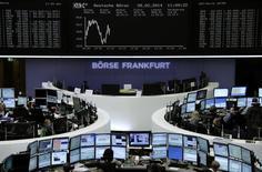 Помещение Франкфуртской фондовой биржи, 28 февраля 2014 года. Европейские фондовые рынки снижаются после публикации макроэкономической статистики еврозоны. REUTERS/Remote/Stringer
