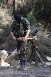 مقاتل من الجيش السوري الحر في اللاذقية يوم الاربعاء. تصوير: علاء خويلد - رويترز