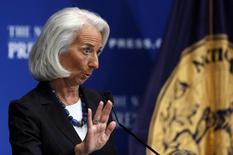 """Председатель МВФ Кристин Лагард выступает перед прессой в Вашингтоне 15 января 2014 года. Лагард не видит оснований для """"паники"""" нового руководства Украины по поводу финансовой помощи охваченной глубоким политико-экономическим кризисом 46-миллионной стране. REUTERS/Gary Cameron"""