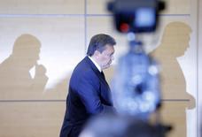 Свергнутый президент Украины Виктор Янукович покидает залл после пресс-конференции в российском Ростове-на-Дону 28 февраля 2014 года. Швейцария, Австрия и Лихтенштейн сообщили, что заморозили активы ряда украинцев, обвиняемых в причастности к кровопролитию или коррупции, включая бежавшего президента Виктора Януковича и его сына Александра. Янукович на брифинге в России опроверг наличие у него счетов и активов за рубежом. REUTERS/Maxim Shemetov