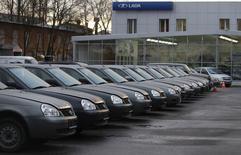 Автомобили у дилерского центра Автоваза в Санкт-Петербурге 27 ноября 2012 года. Производитель автомобилей Lada Автоваз решил поделиться частью прибыли от продаж со своими дилерами в надежде нарастить долю на рынке в 2014 году, рассказали Рейтер два участника дилерской конференции Автоваза, прошедшей в пятницу. REUTERS/Alexander Demianchuk