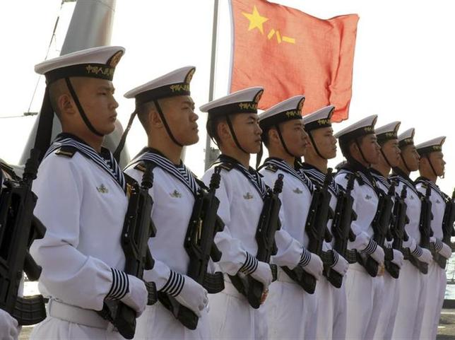 2月27日、マレーシア領のボルネオ島サラワク州から沖に約80キロ離れた場所にある暗礁。容易に見過ごされるかもしれないほどのものだが、中国海軍は同暗礁の近海で1年以内に2度「主権宣誓活動」を行い、マレーシア政府に衝撃が走った。写真は中国海軍兵士。1月撮影。資料写真(2014年 ロイター/Andreas Manolis)