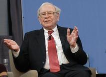 El inversor multimillonario Warren Buffett dijo el sábado que planea hacer grandes adquisiciones para expandir su conglomerado Berkshire Hathaway Inc, que reportó una ganancia récord para 2013 gracias a una recuperación de la economía estadounidense. Detroit, 26 de noviembre de 2013. REUTERS/Rebecca Cook