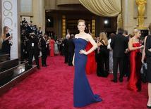 """Amy Adams, indicada ao Oscar de melhor atriz por seu papel em """"Trapaça"""", passa pelo tapete vermelho, em Los Angeles, nos Estados Unidos, neste domingo. 02/03/2014 REUTERS/Mike Blake"""
