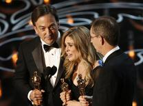 """Peter Del Vecho, Jennifer Lee and Chris Buck (direita) recebem o Oscar de melhor filme de animação por """"Frozen"""", em Los Angeles, neste domingo. 02/03/2014 REUTERS/Lucy Nicholson"""