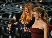 """Adruitha Lee (esquerda) e Robin Matthews recebem o Oscar de melhor maquiagem e cabelo pelo trabalho em """"Clube de Compras Dallas"""", em Los Angeles, neste domingo. 02/03/2014 REUTERS/Lucy Nicholson"""