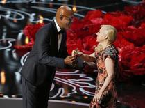 """Samuel L. Jackson entrega o Oscar de melhor figurino para Catherine Martin por seu trabalho em """"O Grande Gatsby"""", em Los Angeles, neste domingo. 02/03/2014 REUTERS/Lucy Nicholson"""
